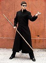 Schwarzer Mantel mit Stehkragen