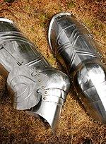 Gotische Plattenbeine mit Kniebuckel